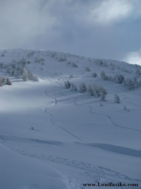 Vistas hacia la cima del pico Patscherkofel desde el punto más alto de la estación