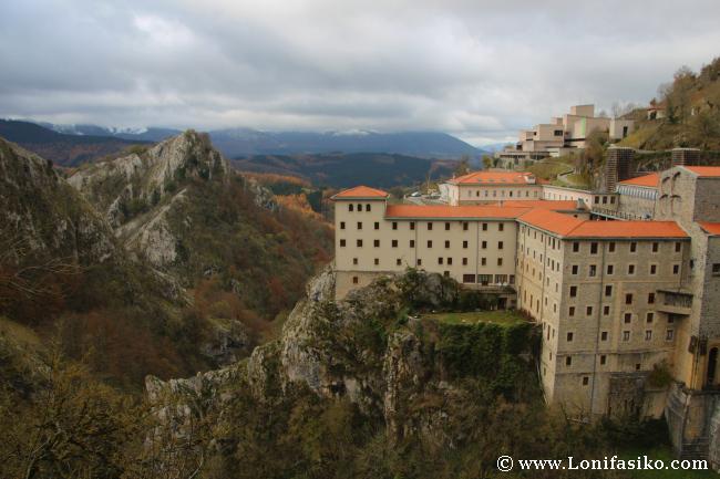 Santuario de Arantzazu, un místico templo que se asoma a un vacío kárstico