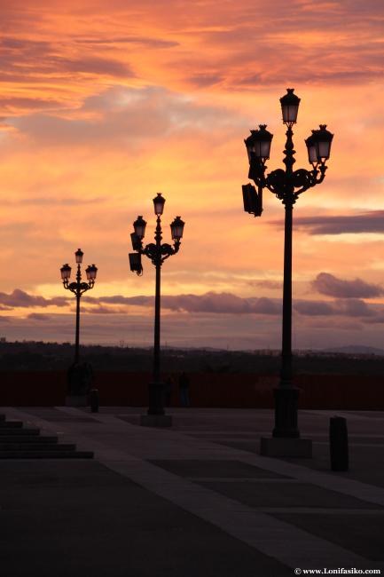 Farolas que indican el camino del atardecer en Madrid