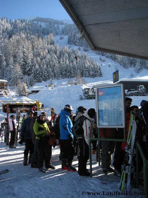 Cola en la taquilla de la estación de esquí de Axamer Lizum