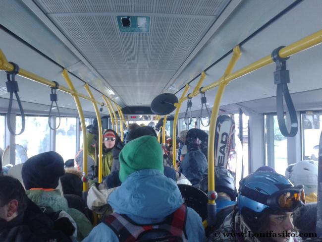 Interior del Postbus, autobús gratuito desde Innsbruck a Axamer Lizum