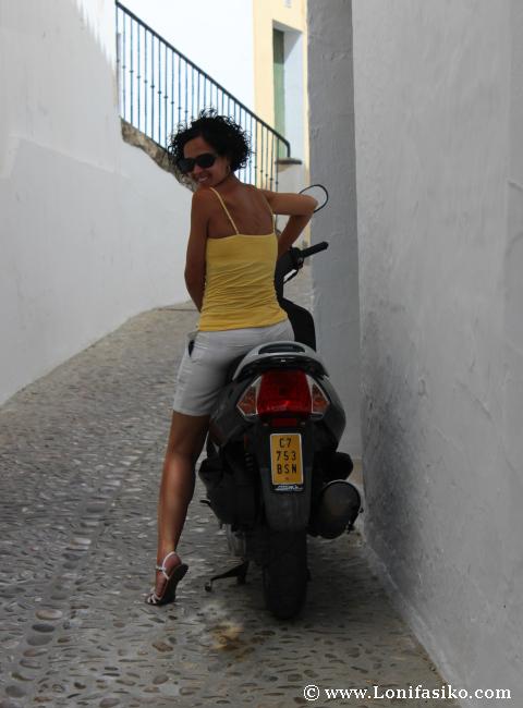 Chica viajera en moto