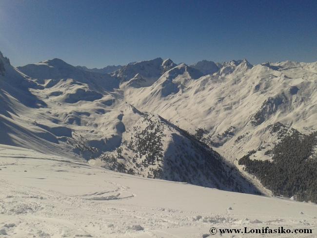 Paisaje de blancas montañas desde Hoadl, cota máxima Axamer Lizum