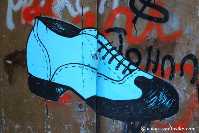 Un mural de un curioso zapato es parte de la iniciativa