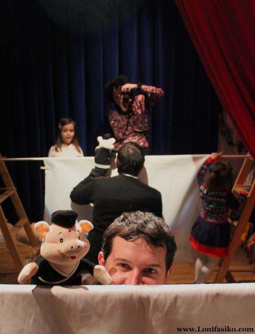 Jugando a ser titiritero en el teatrillo improvisado del museo Topic de Tolosa