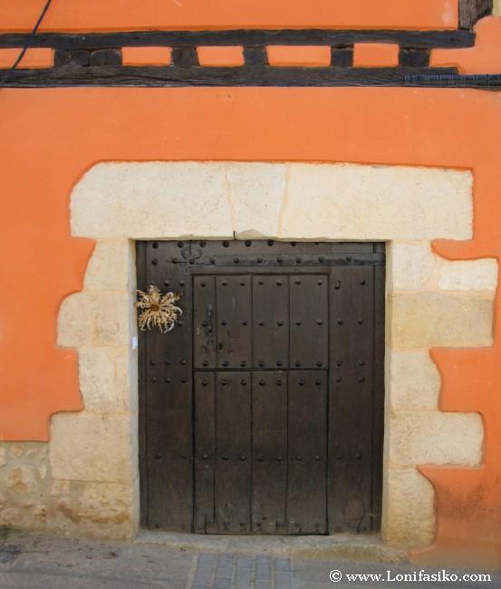 Eguzki-lore en la puerta de las casas del pueblo, símbolo de protección