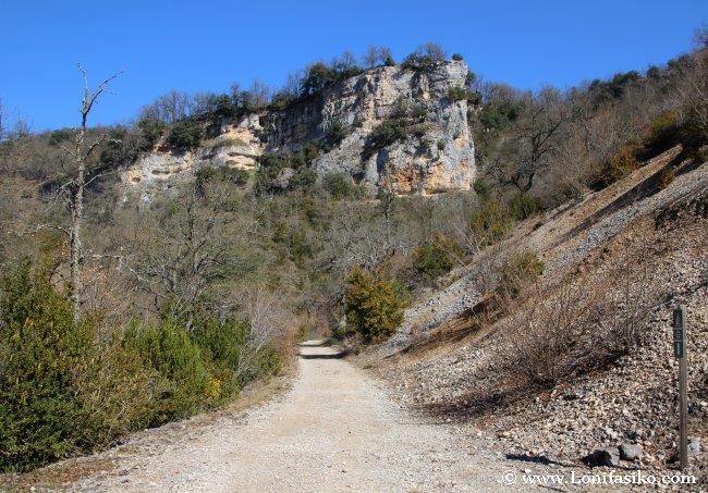 Pedriza y farallones rocosos en la ruta de senderismo hacia Bujanda