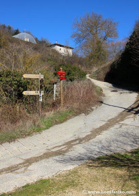 Tramo inicial de la senda Bujanda, pista de cemento en pronunciada bajada