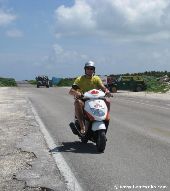 Recorrer la isla de Cozumel en motocicleta de alquiler