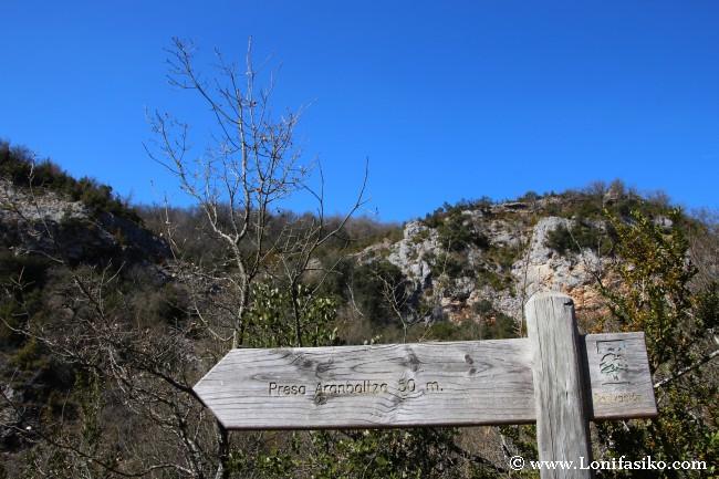 Señalización y desvío hacia la presa de Aranbaltza