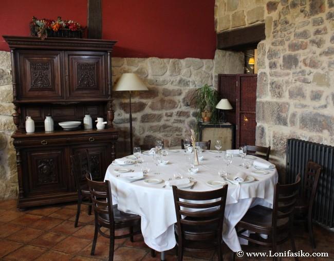 Detalles y mesa de otros comedores del restaurante