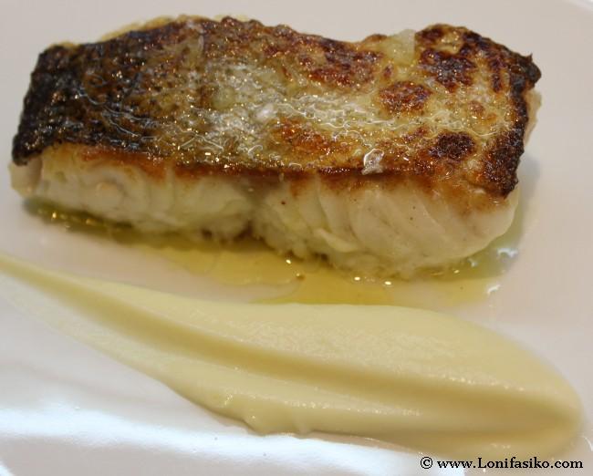 Merluza a la plancha con falso risotto de trigueros y emulsión de coliflor