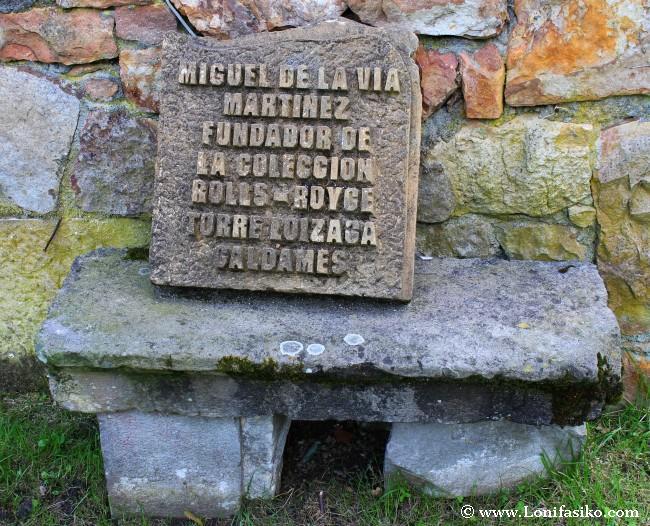 Placa en memoria de Miguel de la Vía, artífice de este imperio del motor