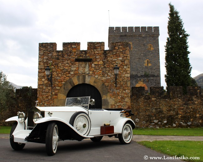Rolls-Royce blanco frente a casa-torre Loizaga
