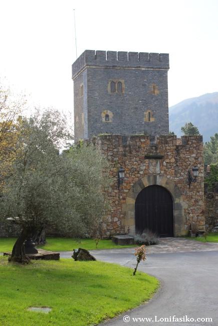 Olivos y la Casa-Torre Loizaga, hábilmente rehabilitada