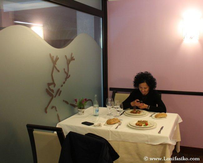 Mesa y detalles del comedor del Restaurante Urgain