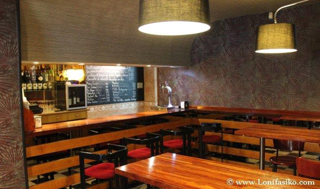 Barra en la entrada del restaurante, donde tienen fama los pintxos
