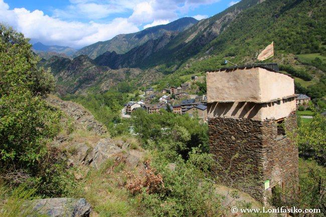 Torre mirador de les Bruixes, con el pueblo de Alins al fondo