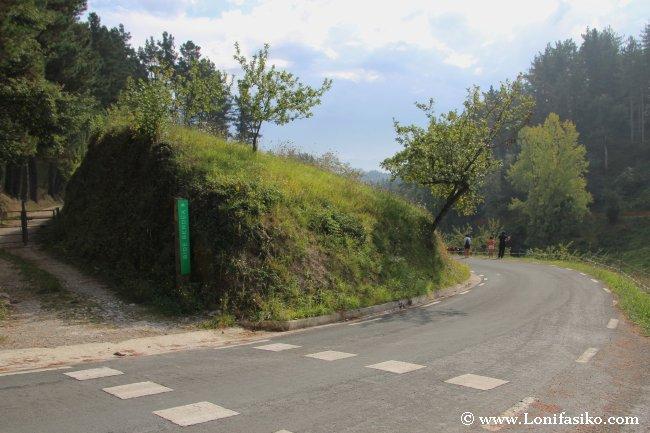 Zona de Makinetxe y carretera que cruza la vía verde