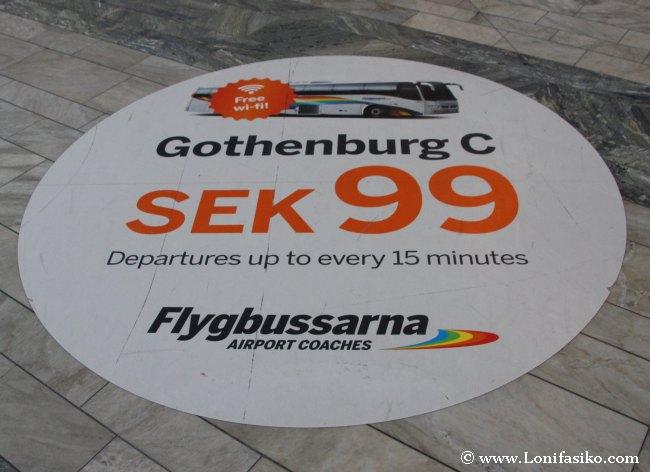 Mural publicitario de Flygbussarna en el suelo del aeropuerto
