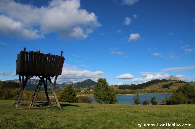 Torre-mirador en el embalse de Urkulu