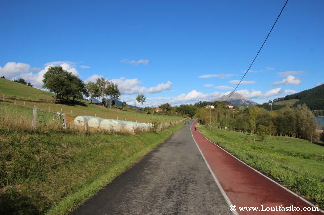 Piso de asfalto en todo el paseo
