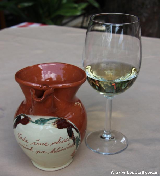 Vino blanco Chardonnay-Beli Pinot degustado
