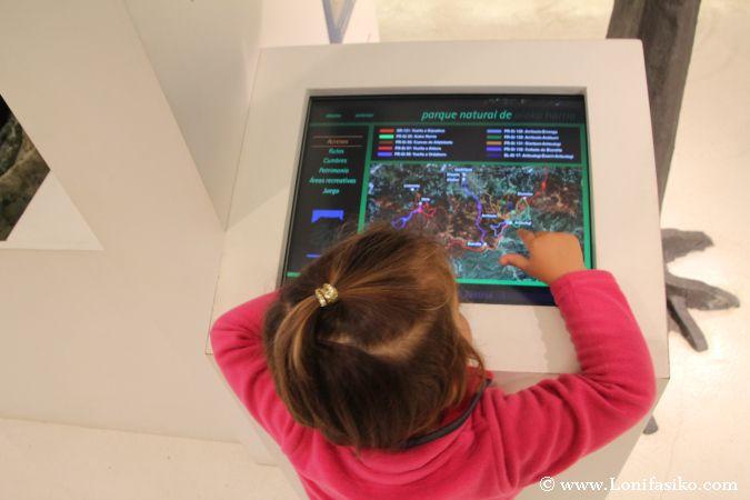 Paneles interactivos en el centro de interpretación