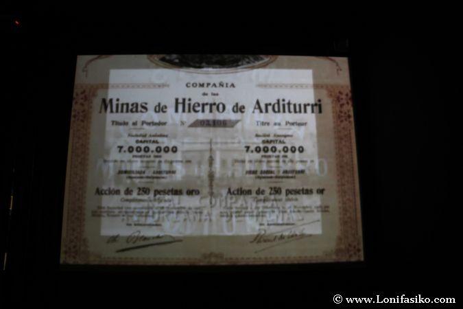 Documentos históricos durante la proyección audiovisual