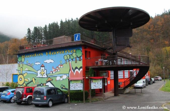 Aparcamiento y exterior del museo del hierro vasco