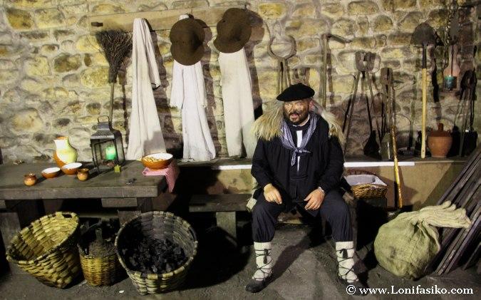 Olentzero espera la visita de los niños en la ferrería de Mirandaola