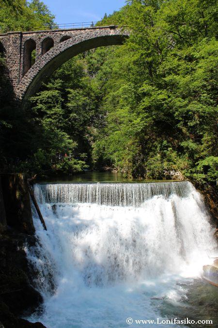 Presa y central hidroeléctrica en garganta de Vintgar