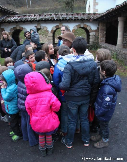 Los niños escuchan atentos el secreto de Mirandaola
