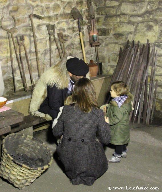 Niños hablando con Olentzero