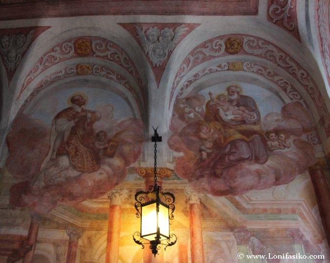 Frescos en el interior de la capilla del Castillo de Bled