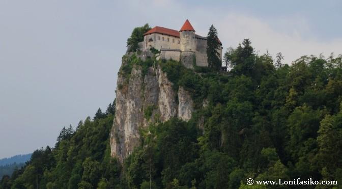 Castillo de Bled sobre el acantilado
