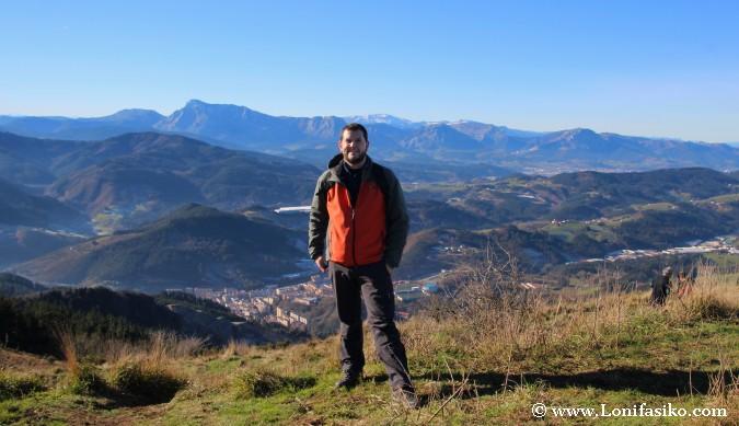 Miguel en la cima del monte Urko