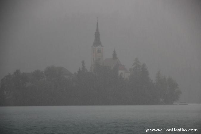 Lluvia torrencial sobre el lago Bled