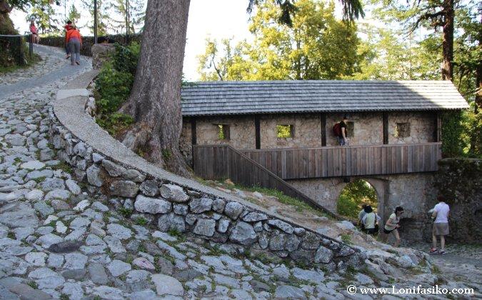 Subida hacia la entrada del Castillo de Bled