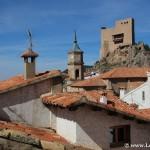 Castillo, iglesia y tejados de Alcalá de la Selva