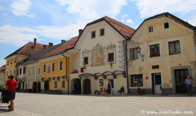 La colorida Linhartov Trg o plaza Linhart