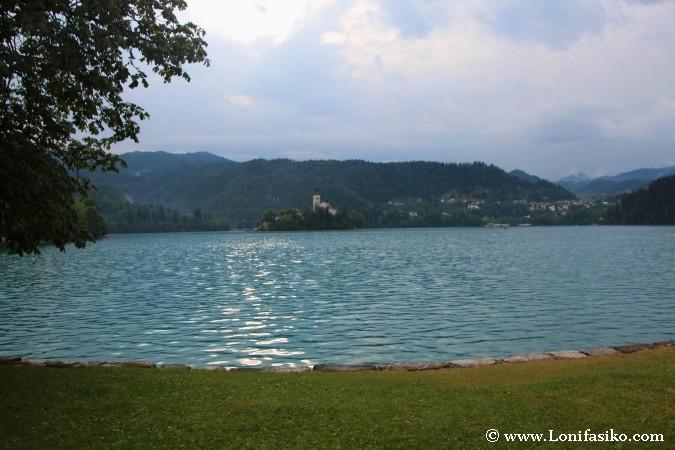 Baño relajante en el lago Bled