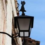 Farolas curiosas en Linares de Mora