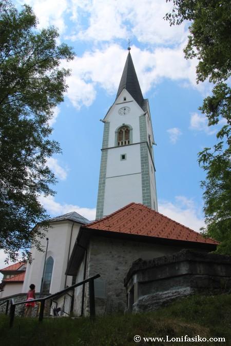 Espigada torre de la iglesia de San Pedro