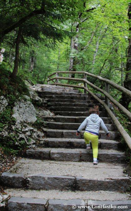 Escaleras en la subida a la cascada de Savica