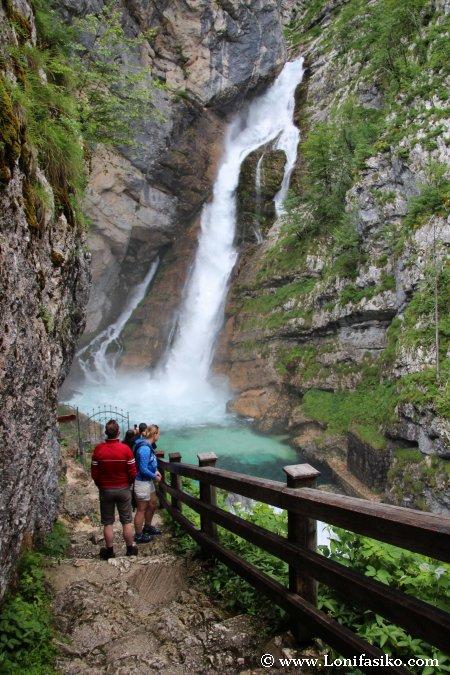 Gente contemplando la cascada de Savica