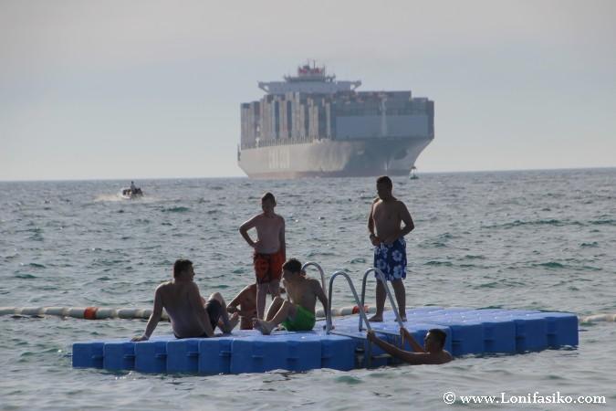 Baño en playa del puerto de Koper