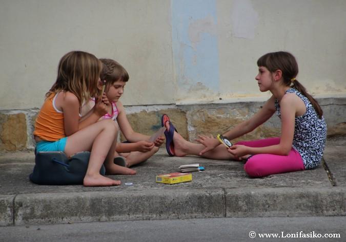 Niñas jugando a cartas en Izola