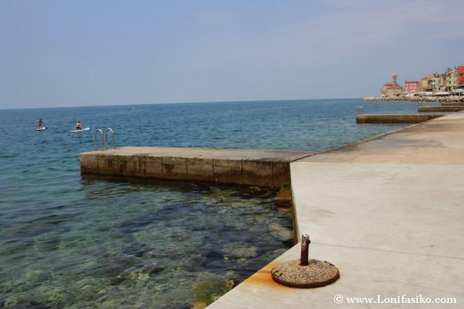 Zona de baño en el paseo marítimo de Piran