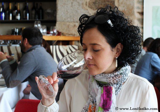 Cómo oler un vino. Cata de vino por mujeres. El papel de la mujer en el mundo del vino.